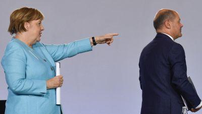 Bundeskanzlerin Angela Merkel (CDU) und Bundesfinanzminister Olaf Scholz (SPD) verlassen eine Pressekonferenz im Bundeskanzleramt.
