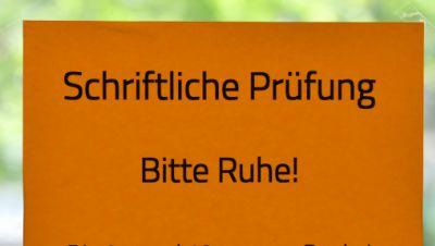Hinweis «Schriftliche Prüfung - Bitte Ruhe !» ist an einer Tür in einer Schule angebracht