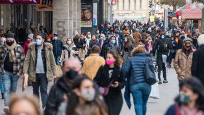 Passanten in der Innenstadt von Saarbrücken