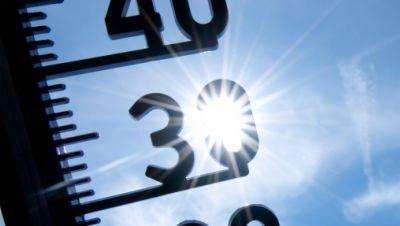 Ein Thermometer zeigt Temperaturen über 30 Grad an.