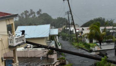 Ein vom Hurrikan Elsa umgestürzter Strommast lehnt an der Kante eines Wohnbalkons in Cedar Hills, St. Vincent.