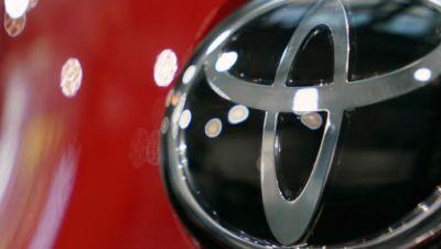 Logo von Toyota an einem Auto