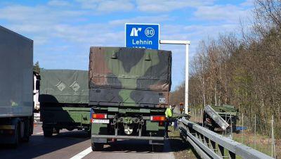 Lastwagen der Bundeswehr steht auf dem Standstreifen der A2