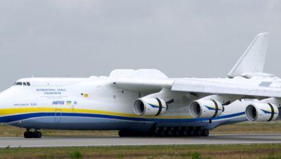 Eine Antonow 225 landet auf dem Flughafen Halle/Leipzig (Sachsen).