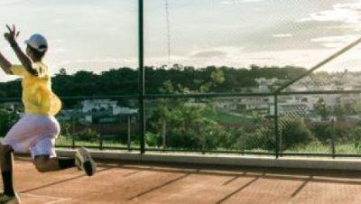 Tennisspieler auf einer Freifläche