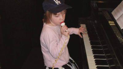 Billie Eilish als kleines Mädchen am Klavier