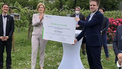 Bundesagrarministerin Julia Klöckner überreicht Dr. Silvio Erler vom JKI-Fachinstitut für Bienenschutz den Förderbescheid für das Projekt