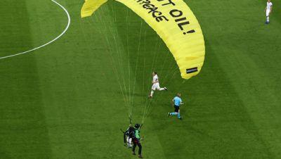 Greenpeace-Aktion vor EM-Spiel