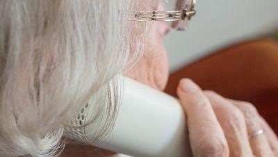 eine alte Frau telefoniert